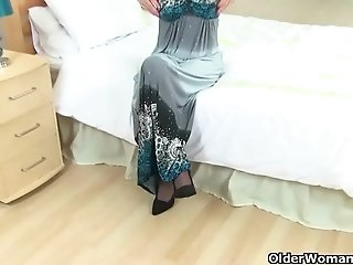 English milf Sexy P&#039_s puffy pussy needs TLC