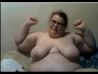 Plus-size ripples her biceps