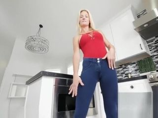 Blondie Sydney Hail is so fit and succulent