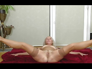 blonde granny expose her gorgeous body