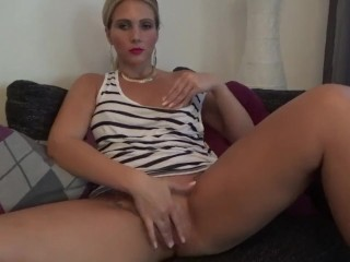 Hot Milf explores their way pussy
