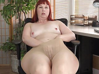 American milf Scarlett spreads the brush wail thighs