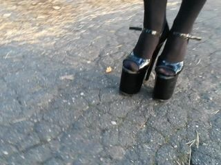 Female L ambling with 20cm extraordinary high high-heeled slippers